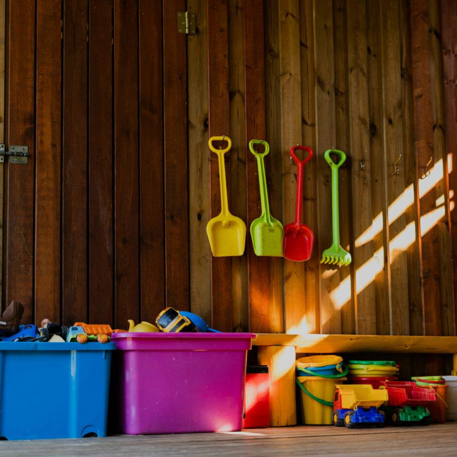 Āra nojume, kurā izvietotas rotaļlietas: spainīši, lāpstiņas, automašīnas u.tml.
