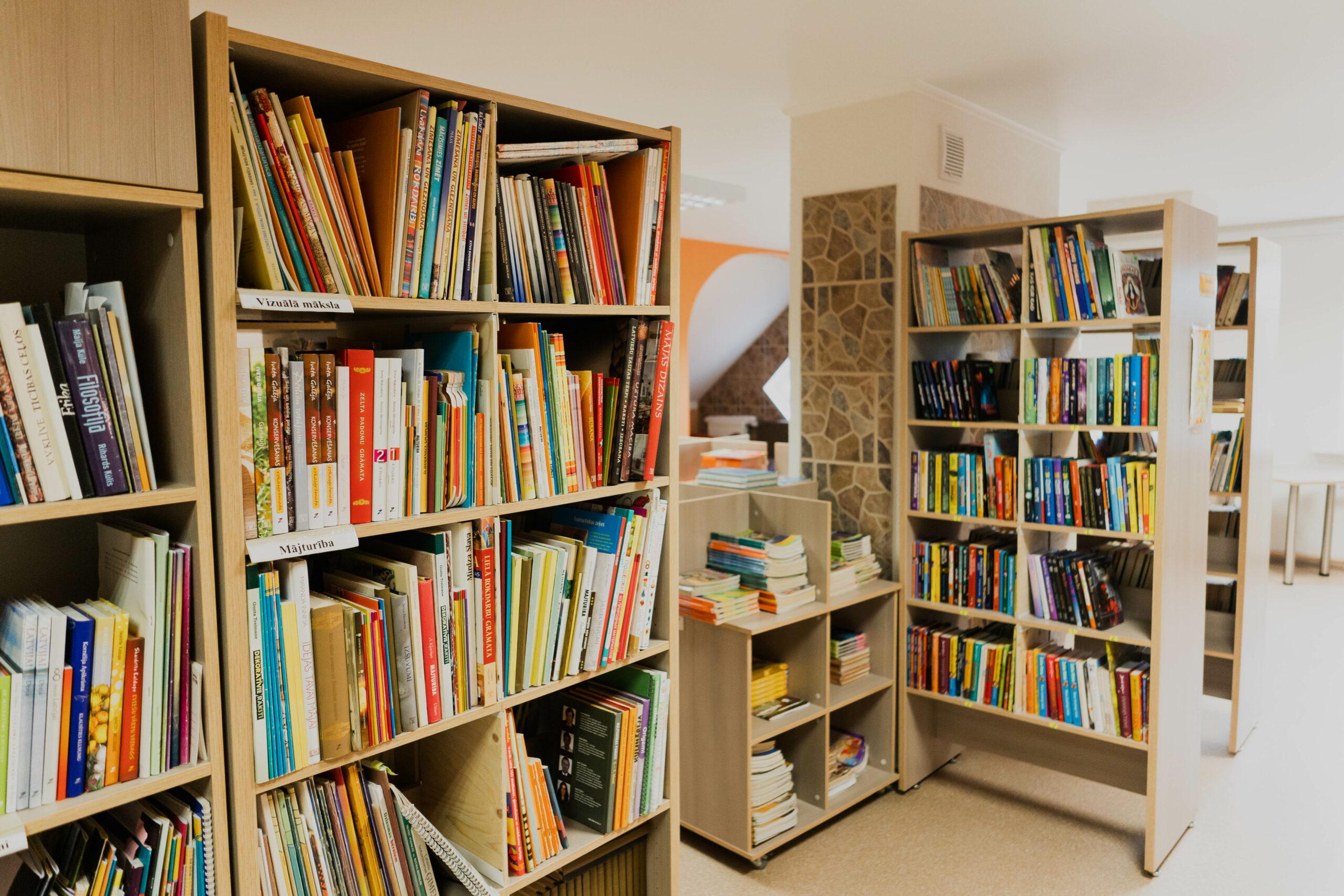 bibliotēkas plaukti ar grāmatām