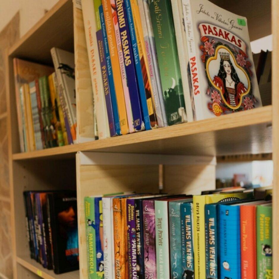 Grāmatu plaukts ar grāmatām