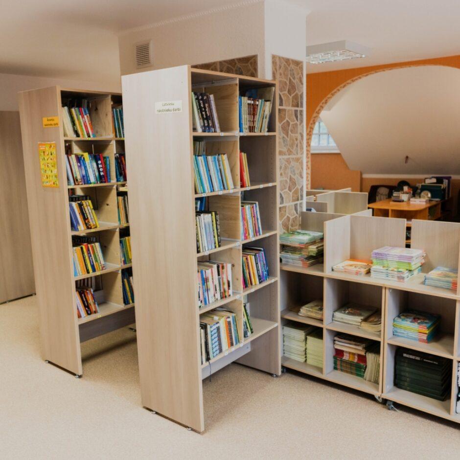 Bibliotēkas skats redzami plaukti ar grāmatām