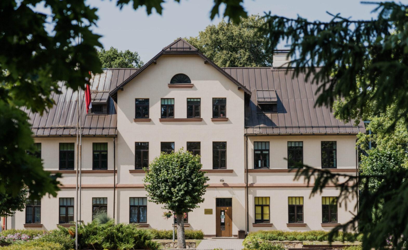 Garozas pamatskolas ēka vasarā